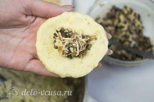 Картофельные зразы с грибами и сыром: Выложить начинку на картофельную лепешку