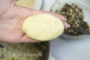 Картофельные зразы с грибами и сыром: Сформировать котлеты и обвалять в сухарях