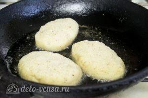 Картофельные зразы с грибами и сыром: Обжарить зразы