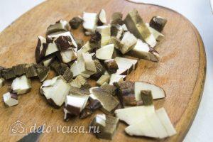 Мясной рулет с грибами и вялеными помидорами: Порезать грибы