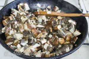 Мясной рулет с грибами и вялеными помидорами: Обжарить грибы с луком