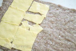 Мясной рулет с грибами и вялеными помидорами: Выкладываем сыр на фарш