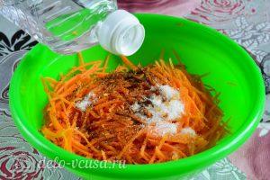 Морковь по-корейски с приправой: Добавить уксус