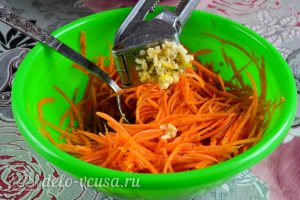 Морковь по-корейски с приправой: Добавить чеснок