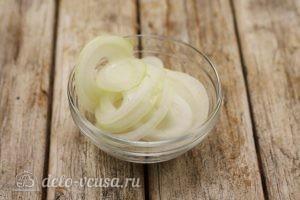 Маринованные огурцы с луком: Порезать лук