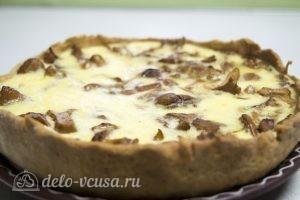 Пирог с лисичками: Переложить пирог на блюдо