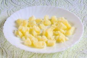 Салат Московский с копченой колбасой: Порезать картошку
