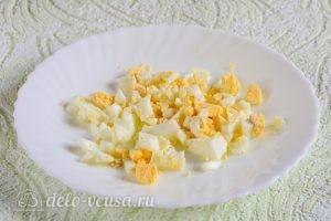 Салат Московский с копченой колбасой: Измельчить яйца