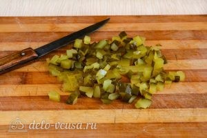 Салат Оливье с колбасой без моркови: Порезать соленый огурец