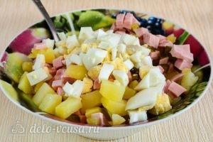 Салат Оливье с колбасой без моркови: Соединить ингредиенты в миске