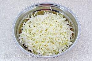 Салат из капусты с зеленью: Порезать капусту