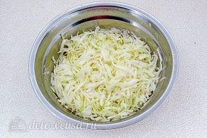 Салат из капусты с зеленью: Посолить капусту и помять