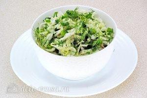 Салат из капусты с зеленью готов
