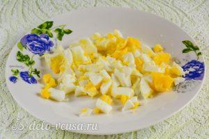 Салат из морской капусты с огурцом: Измельчить яйца