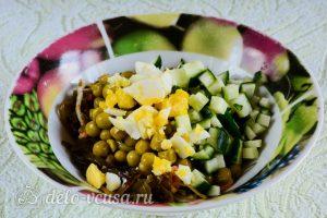 Салат из морской капусты с огурцом: Соединить ингредиенты