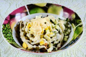 Салат из морской капусты с огурцом: Добавить майонез
