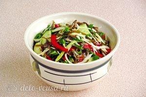 Салат из морской капусты с овощами готов