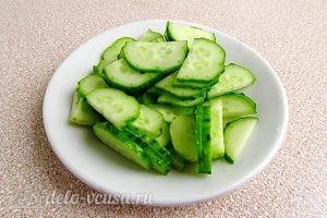 Салат из морской капусты с овощами: Измельчить огурцы