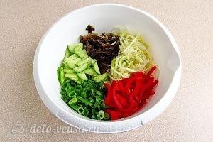 Салат из морской капусты с овощами: Кладем все ингредиенты в миску