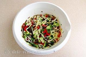 Салат из морской капусты с овощами: Заправить салат маслом