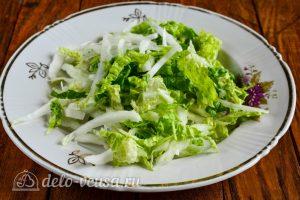 Салат из пекинской капусты и крабовых палочек: Измельчить капусту