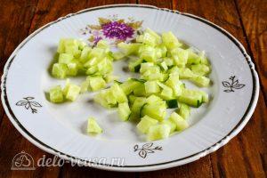 Салат из пекинской капусты и крабовых палочек: Огурцы порезать