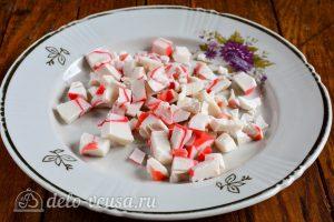 Салат из пекинской капусты и крабовых палочек: Порезать крабовые палочки
