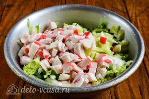 Салат из пекинской капусты и крабовых палочек: Добавить в миску к остальным ингредиентам