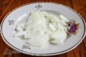 Салат из пекинской капусты и крабовых палочек: Измельчить репчатый лук