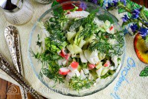 Салат из пекинской капусты и крабовых палочек готов