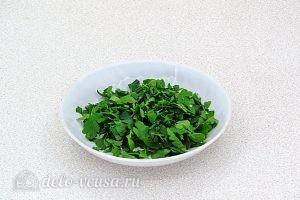 Салат из жареного перца с петрушкой и чесноком: Нарезать петрушку