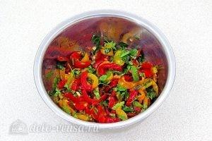 Салат из жареного перца с петрушкой и чесноком: Овощи перемешать