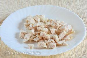 Салат с курицей и ананасами: Сварить и нарезать филе