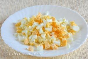 Салат с курицей и ананасами: Нарезать яйца