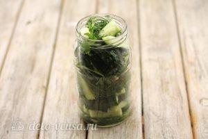 Сладкие огурцы на зиму: Заполнить банку овощами