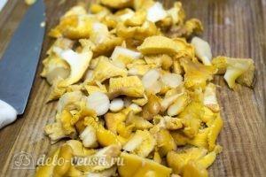 Жареная картошка с лисичками: Нарезать лисички