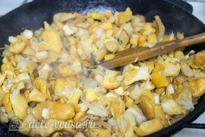 Жареная картошка с лисичками: Обжарить лук и лисички