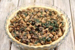 Киш с курицей и грибами: Выкладываем в нее начинку