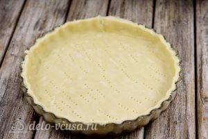 Киш с курицей и грибами: Укладываем тесто в форму