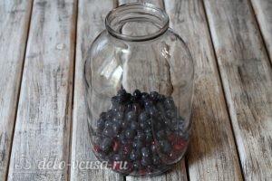 Компот из кизила и винограда на зиму: Кладем ягоды в банку