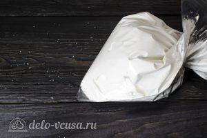 Кости из безе на Хэллоуин: Удаляем кончик у пакета