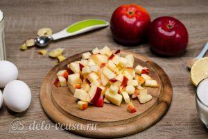Шарлотка с розами из яблок: Яблоко порезать кубиками