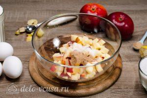 Шарлотка с розами из яблок: Добавить корицу и сахар