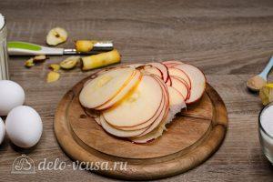 Шарлотка с розами из яблок: Яблоко тонко нарезать