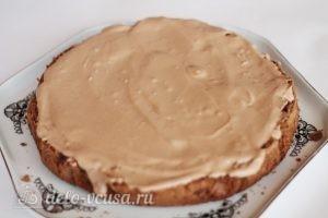 Шоколадный торт с персиками: Промазать корж кремом