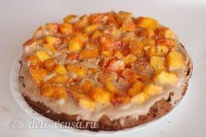 Шоколадный торт с персиками: Собрать торт