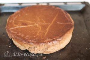 Шоколадный торт с персиками: Остудить бисквит