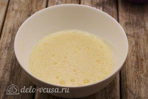 Бисквитный торт с малиной: Взбить яйца