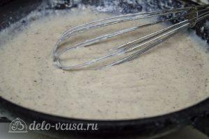 Картофельная запеканка с соусом: Постепенно вливать в соус молоко