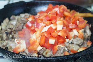 Картофельная запеканка с соусом: добавить к мясу перец и жарить до готовности
